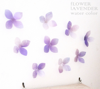 平面だけでなく立体的なウォールステッカーも人気です。透け感のある紫の可憐なお花にうっとりしてしまいますね。他にもピンクや水色などからバリエーションがあるのも◎水彩のような淡い色合いで、お部屋をふんわりと優しい印象にしてくれます。