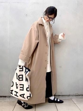 ハリのあるオーバーシルエットのロングコート。白のシャツと黒のタイトスカート、小物も含めスッキリとしたモノトーンコーデに、存在感のあるコートが映えます。コートがカチッとした生地なので縦ラインがくっきりと強調されているのもスタイルアップに効果的。