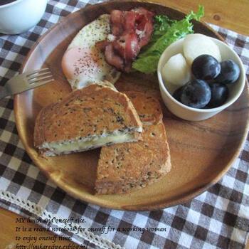 黒ゴマ食パンととろけるチーズを使えば、焼くことによってごまの香りが広がって特別な具材を挟まなくても美味しいご馳走が出来上がります。