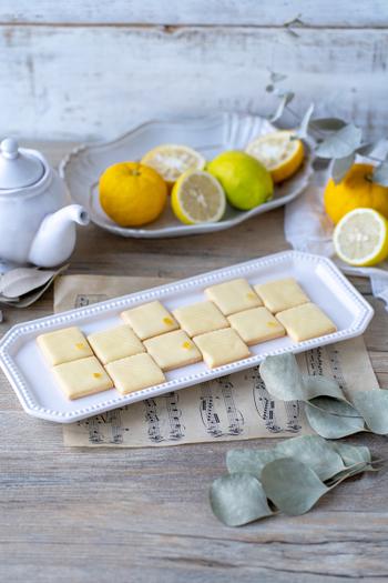 レモンとゆずのパウダーを使用したアイシングクッキーです。ひと口食べると、サクサクとした食感と爽やかな柑橘の風味が広がります。