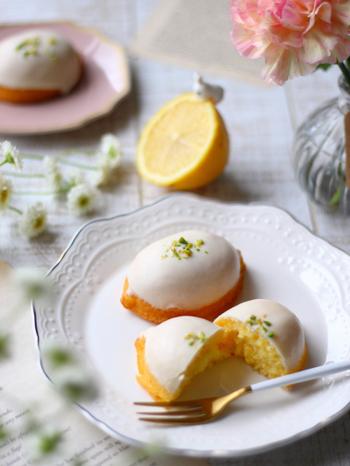 レモンの皮とレモン汁を使用したしっとり食感のレモンケーキです。仕上げは、粉砂にレモン汁を加えたアイシングクリームまたは、湯せんで溶かしたホワイトチョコのコーティング、どちらかお好みでどうぞ。