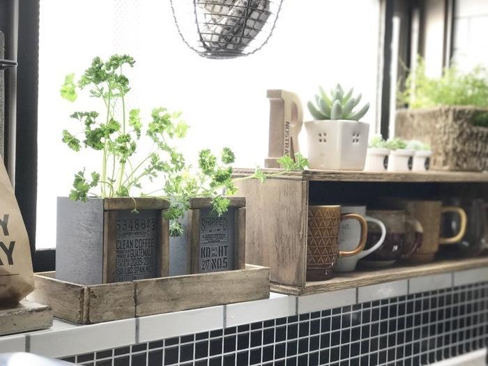 元はナチュラルウッドだった木箱も、グレーにペイントすればインダストリアルな印象に。フロント部分に木材を貼り付けただけで100均アイテムとは思えない重厚感が生まれますね。