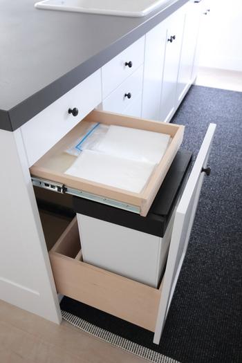 リフォームの際に、シンク下にゴミ箱がぴったり収まるように引き出しを設計されたそうです。隠し引き出しにはゴミ袋が収納できるので、袋の付け替えもスムーズですね。