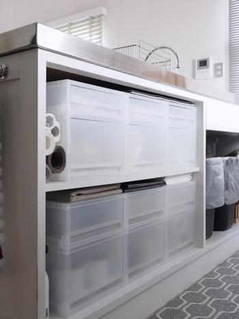 シンク下のオープンスペースにも食器の収納スペースをプラス。無印のポリプロピレンケース引出式なら簡単に食器棚を作れます。こちらにいは急須や作家さんのお皿などを収納されています。