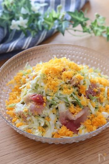 3月を代表する花のひとつ「ミモザ」をサラダで表現。ゆで卵の白身は刻んで、黄身は茶こしを使って細かく散らすと美しく仕上がります。