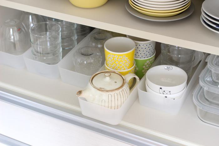 小鉢やグラスなどを種類ごとに分けて無印の整理ボックスに収納。引き出すだけで奥のものもスムーズに取り出せて便利ですね。来客用グラスも種類ごとにまとめておけば、ケースごとキッチンに運べます。