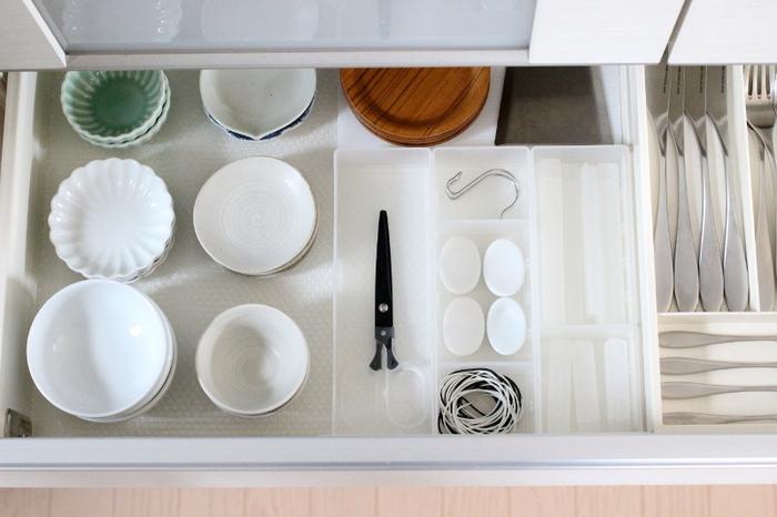 食器棚の引き出し内に無印の整理トレーを使って、箸置きや輪ゴムなどの細々したものを収納。引き出しの中がごちゃごちゃにならず、必要なものがすぐに取り出せます。