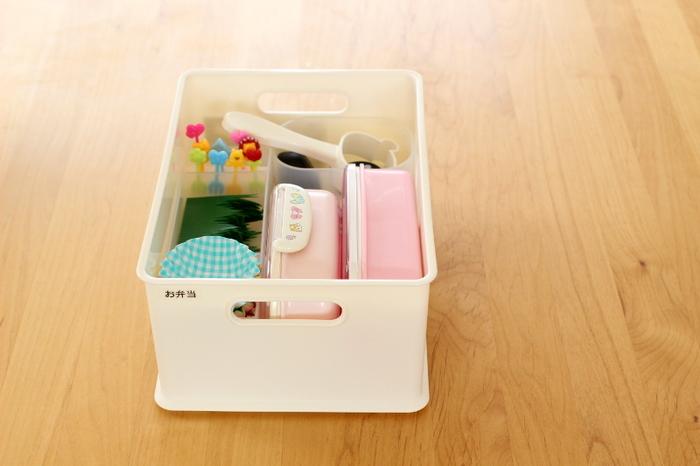 インボックスはプラスチックケースで仕切ると、ごちゃごちゃしにくくなり使いやすくなります。こんな風にお弁当に使う雑貨一式をひとまとめに収納しておけば、お弁当作りもスムーズに!