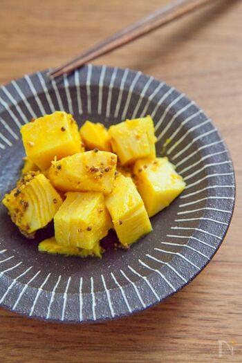 カレーの付け合わせにもぴったりのインドの漬物「アチャール」。玉ねぎ・にんじん・きゅうりなどさまざまな野菜を使いますが、こちらはたけのこをアチャールにしています。風味のよさだけでなく、シャキシャキの食感もいい感じ。