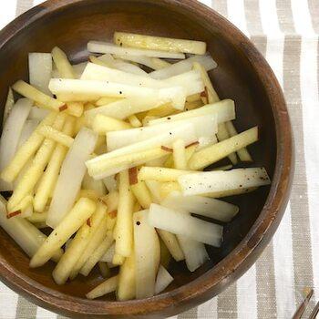 爽やかな香りのうどは、りんごなど果物との相性もいいようです。山菜らしいうどのほろ苦さと、りんごの優しい甘さ。シャキシャキ感も楽しめる春サラダです。