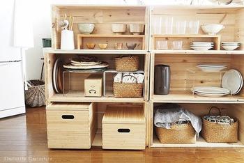 「シンプルライフ✕シンプルスタイル」のダリアさん宅では、りんご箱を食器収納のオープンラックにアレンジしています。無印の仕切り棚やニトリのウォールラック、かごや箱を使って使いやすいようにカスタマイズ。