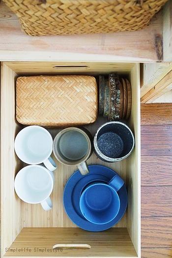 りんご箱食器棚の下段には無印のボックスを活用して、使用頻度の低い食器を収納。ふたつきなのでホコリが入らないようになっています。りんご箱の木の風合いともマッチ♪