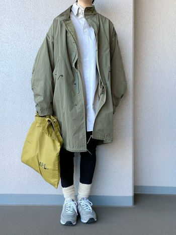 ビッグシルエットのモッズコートとオーバーサイズのシャツコーデ。コートを羽織って縦のライン、更に黒のスリムパンツと合わせる事でより縦長に、スッキリと見える効果が。スニーカーのメンズライクなイメージを、くしゅっとした靴下が和らげてくれます。マスタードのバッグがアクセントに。