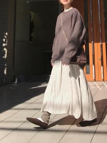 インド綿の柔らかくゆるりとしたワンピースに、ビッグシルエットのスウェットを重ねたコーデ。優しい色合いのブラウンで全体のトーンを統一する事で、落ち着きのある大人の印象に。レイヤードのこなれ感とのバランスが程よくマッチしています。