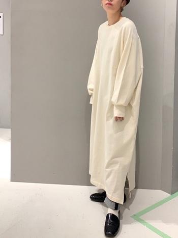 さらりと着ただけなのにサマになる、ビッグシルエットのワンピース。ロング丈でもスリットが入っているので重く見えません。落ち感のあるゆったりとしたシルエットで柔らかさを出しつつも、チラリと見えるジーンズと黒のローファーがアクセントとなって格好良さをプラスしてくれています。