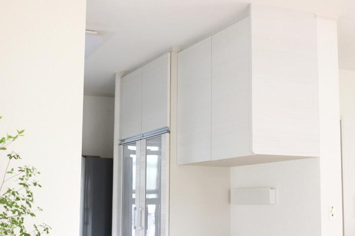 「いつでも、HOME」のまどなおさん宅では、天井までの戸棚つき食器棚を使っておられます。大容量の収納スペースにはさまざまなものがすっきりと収まっています。