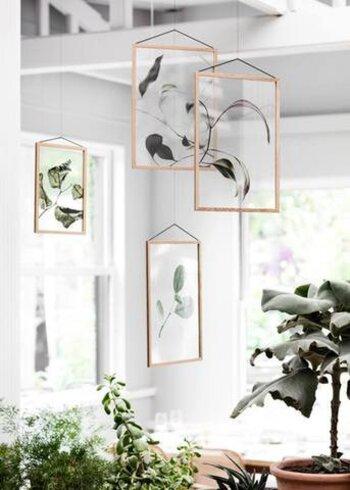 葉っぱだけなら、ボタニカルムード満点。植物といっしょに飾ってみたくなりますね。 吊るすと、ガラスフレームの透明感が活かされよりおしゃれに。