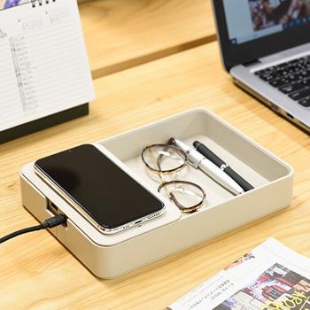 デスクの収納とワイヤレス充電ができる1台2役のアイテム。充電パットに置くだけですぐに充電できます。USB出力ポートもあり、有線で充電することも可能◎充電パットの隣は小物入れになっていて、ペンやメガネなど細々としたものを収納できて便利です。