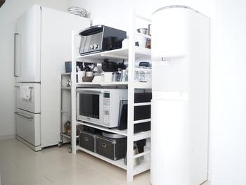 こちらはブログ「Little Home」のキッチン。ホワイトのオープンタイプのラックに電子レンジやトースター、食器にコーヒーセットまでを全部収めたミニマルな食器棚です。一人暮らしの人にもおすすめのスタイルですね。