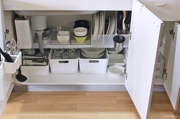ブログ「Life Co.」のお家では、シンク下を食器棚にしています。つっぱり棒2本を渡し、100均の食器棚シートをかけることで棚を追加。ファイルボックスやケースを使って、食器がしっかり収納できています。食器棚を置くスペースがない時に役立つアイデアですね!