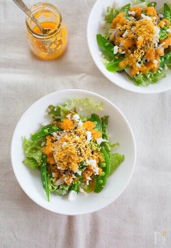 イエローが鮮やかなミモザサラダ。ゆで卵をザルで濾して細かくすることで、ふわふわ感を表現。スナップエンドウやきのこの食感も◎にんじんドレッシングをかければ、野菜がモリモリ食べられる春らしいサラダに。