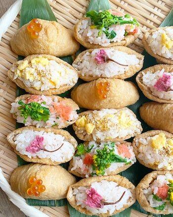 ワンパターンになりがちないなり寿司を春らしくアレンジ。桜や菜の花、卵などいろんな種類を作ると、それだけでで春爛漫です♪