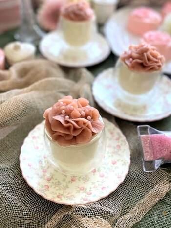 電子レンジ&冷やすだけで簡単に作れるパンナコッタに、桜あんでカーネーション風にデコレーションしています。見た目も美しい、和洋折衷の華やかなデザートです。