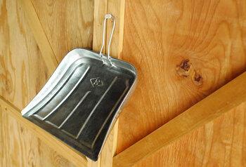 ほうきとセットで用意したいのが『ちりとり』ですね。トタン製の文化ちりとりは、レトロな見た目と軽さと丈夫さを併せ持つ、とても使いやすいお掃除道具です。