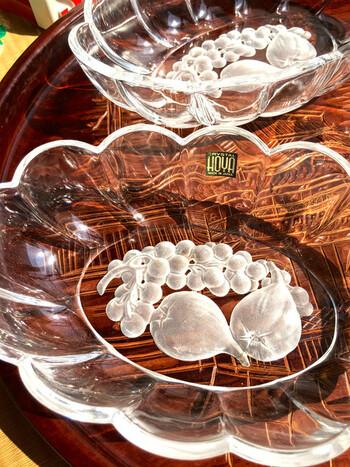 底にすりガラスで描かれた果物がどこか懐かしい!2009年に製品販売が終了したHOYAクリスタルのお皿は、見たことがあるという方も多いのではないでしょうか。果物やお茶菓子をのせてティータイムを楽しみたいですね。