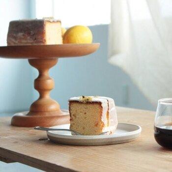 週末に食べるためのケーキということから、この名が付いた「ウィークエンドシトロン」。レモンピールがたっぷりと入ったバターケーキに、甘酸っぱいレモンのアイシングが美しくかかっています。  素朴な味わいで、コーヒーのお供にぴったり。家族と静かな週末を過ごしながら、食べたくなるお菓子です。