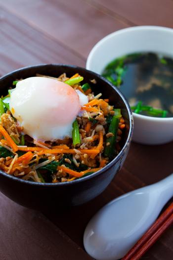 簡単のせるだけ!お肉と野菜を一緒に摂れる「野菜入りそぼろ丼」レシピ