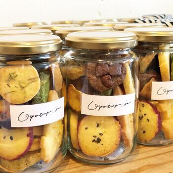 18種類のクッキーをひとつの瓶に閉じ込めたクッキー瓶です。種類が豊富で、取るたびに違う味を楽しめるなんて、とても素敵ですよね。  栗ほうじ茶、はちみつりんご、コーヒーチョコ、ローズマリーソルト、はちみつレモン、ピンクペッパーソルト、さつまいもなど、味の幅が広いのも特徴。シンプルなパッケージもとてもお洒落です。