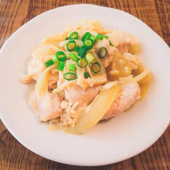 旨味と栄養が詰まった塩麹で味付けした、鶏肉の下味冷凍レシピ。電子レンジで調理で出来る楽ちんさもいいですね。玉ねぎとえのきは冷凍すると栄養価が上がるので、下味冷凍にぴったりです。