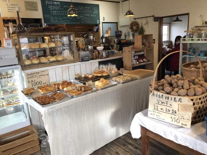 出来立てを食べてもらいたいと、常時焼いているパンやパイがずらり!レトロな雰囲気の店内は、いつもお客様で賑わっています。行列ができることもしばしばなんですよ。
