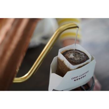 ウミネコ商店オリジナルブレンドのコーヒーのドリップバッグです。カップオンタイプなので、手軽に本格コーヒーが楽しめます。  苦味と酸味は控えめ、甘味が強めのコーヒーは飲みやすく、スイーツにもぴったり。