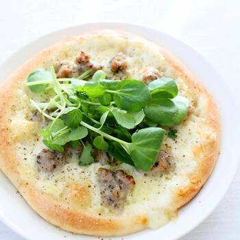 サルシッチャと2種のチーズのみのシンプルなピザ。肉のうまみをダイレクトに感じられます。たっぷりめの粗挽きこしょうがいいアクセント!