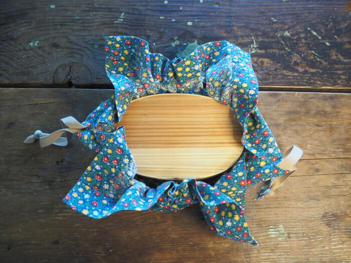 折りたたんでいた部分を広げて弁当箱を入れ、紐をキューっと締めて使いましょう。口がお花みたいに華やかな弁当袋になります。 ※弁当箱サイズ・17cm×11cm