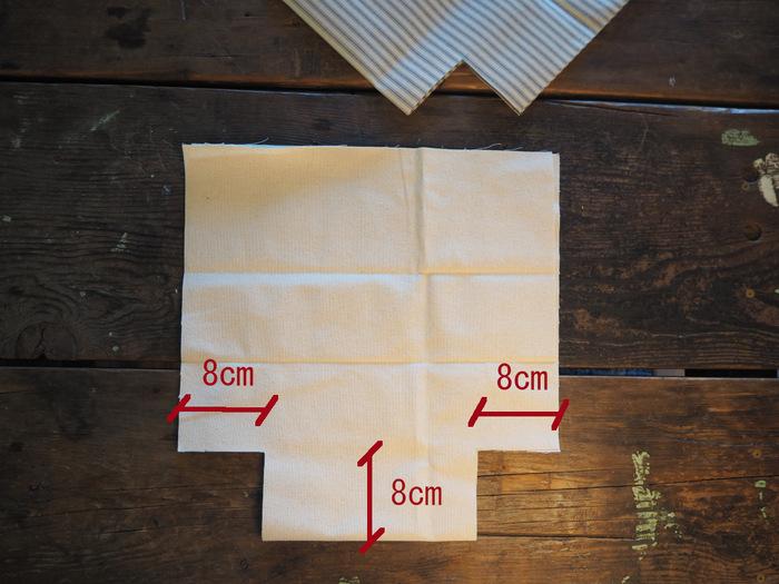 表地と裏地の生地を二つ折りにして、写真のようにカットします。カットした切れ端はランチバッグでは使わないので、小物を作るときに再利用しましょう。