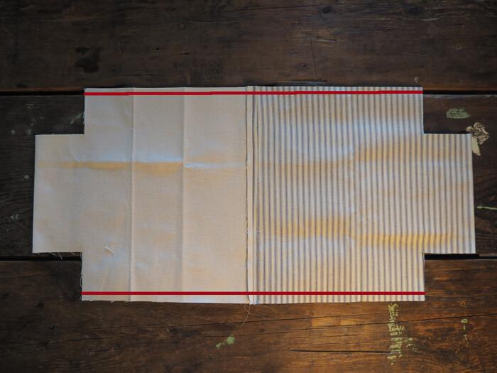 縫い合わせたものを写真のように折って、赤線部分を縫い代1cmで縫い合わせます。ここは端から端まで縫い合わせてOKです♪