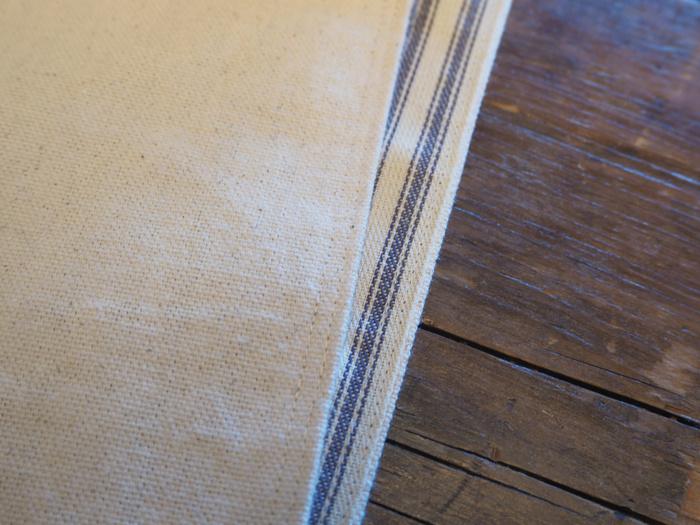袋の口を表地裏地合わせて、端から1cmのラインと5mmのラインを2ヶ所ぐるりと縫います。