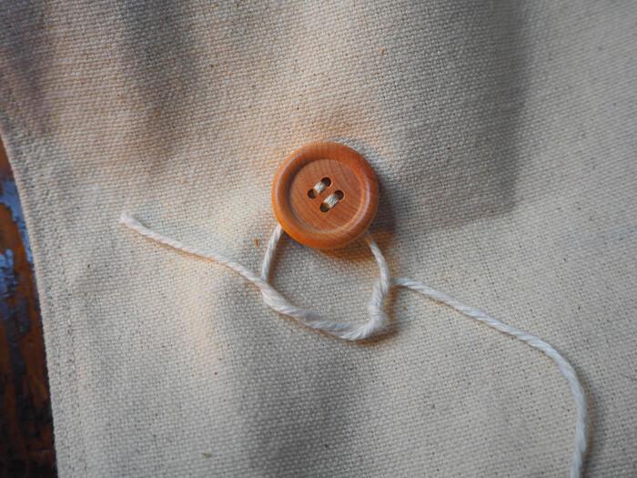 あとは片方のボタンに細めの紐を写真のように結びつけて完成です。紙袋のようなフォルムが大人っぽいランチバッグに仕上がります。