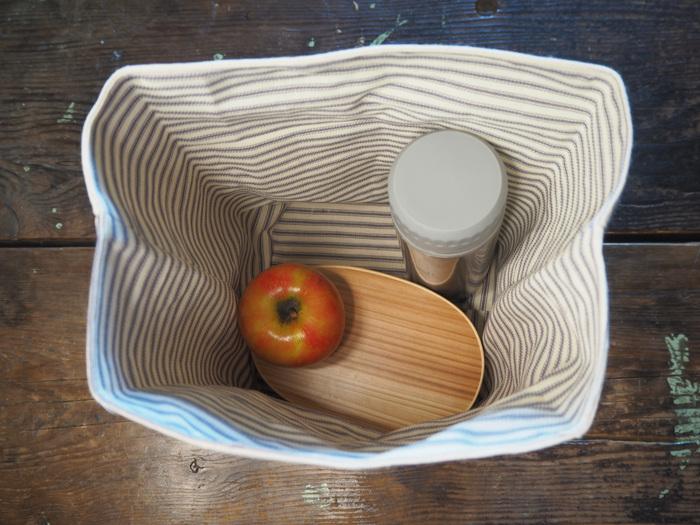 こちらのランチバッグは高さがあって収納力抜群なので、小さい水筒なども一緒に入れられます。 ※弁当箱サイズ・17cm×11cm