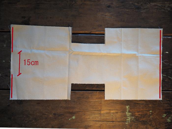 カットした表地と裏地を中表に重ねて、返し口15cmを残して赤線部分を縫い代1cmで縫います。この時のポイントは、両端1cmずつは縫わないこと!端から端まで縫ってしまうと、あとで作業がやりづらくなります。