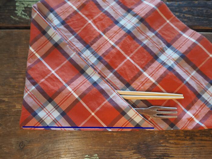 お箸などを入れてみて、三角の左下角を折りたたみ、青線部分を縫い代3mmで縫います。これでカトラリーケースの完成です。