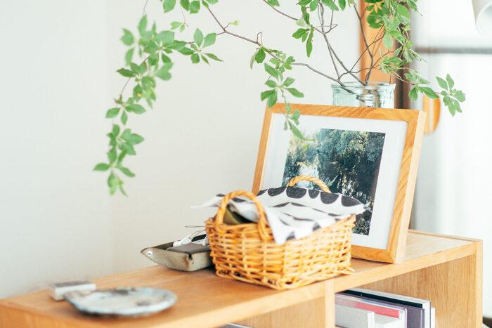 自然素材でもあるウッドフレームは、かごとの相性もばっちり。 収納しつつ、さり気なく飾っておくと、ディスプレイとしても素敵ですね。