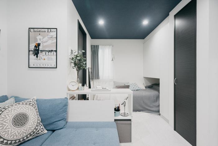 ホワイト、グレー、ブルーで統一されたお部屋に、ブラックフレームのアクセント使いで引き締め効果を発揮。 多様せず、ここぞというポイントでブラックを効果的に使用している例です。
