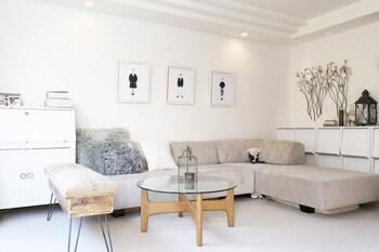 白くペイントされたフレームは、白い壁面が多い日本の住宅環境と相性抜群。 お部屋に統一感をだしたいとき、すっきりした印象にしたいときに使え、作品を選ばずにインテリアになじませてくれます◎
