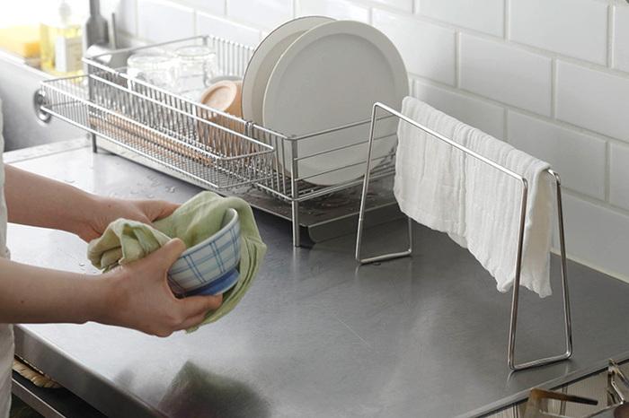 せっかく洗ったふきんでも、生乾きのままだとまたいやな臭いをぶり返してしまうため、パリッとするまでしっかりと乾かしましょう。部屋干しの場合はふきんスタンドやラックを活用して、風通しのいい場所に置くよう意識してくださいね。