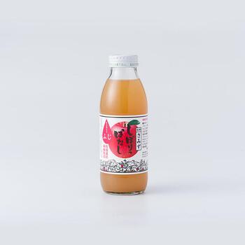 350mlの瓶は、リンゴの王道品種、ふじだけを絞って作られたジュースです。甘さが引き立って子供から大人まで親しみのある味わいです。