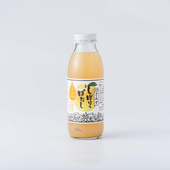 長野県が品種改良したりんご、シナノゴールドだけをギュッとしぼった100%ジュースです。爽やかな甘みとコクが特徴で、明るい黄色い果汁も魅力的です。
